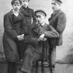 Владимир Вячеславович Димчевский (стоит справа) с друзьями Овчинниковым, Мавриным, Покровским (студенты МВТУ)