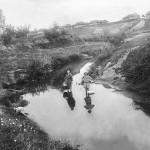 Мама с кузиной Тосей полоскают бельё на речке Непложе