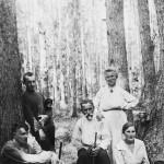 Владимир Димчевский (отец) стоит у дерева с семьёй Александровых:  Константин, Мария Васильевна (сестра бабушки Анны Васильевны),  Варвара, жена их сына Константина