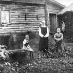 С. Мосолово. Николка и Зоя с бабушкой Анной Васильевной